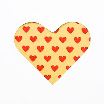 Cortar forma de coração de papel na mesa