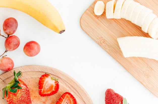 Cortar frutas em tábuas de madeira