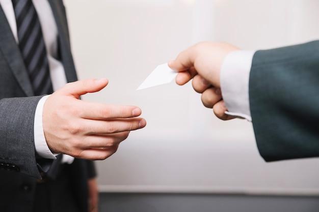 Cortar homem dando cartão de visita para parceiro