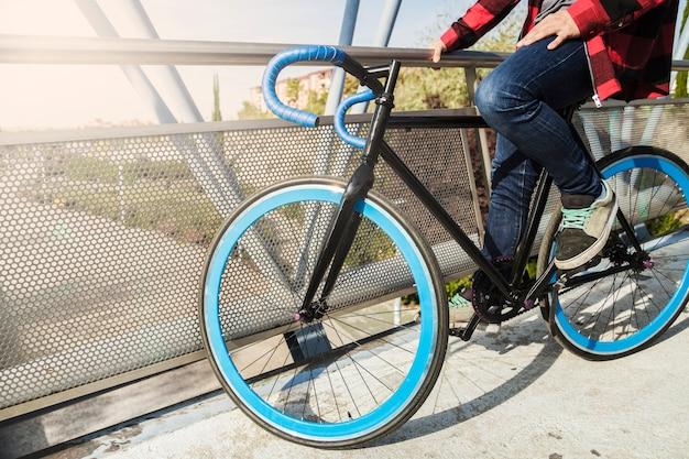 Cortar homem em bicicleta na ponte