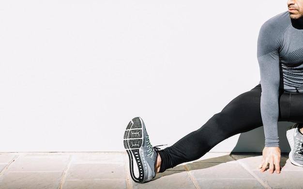 Cortar homem exercitando na rua