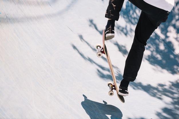 Cortar homem pulando no skate