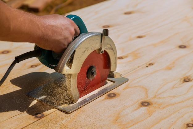 Cortar madeira usando uma serra elétrica ferramentas profissionais