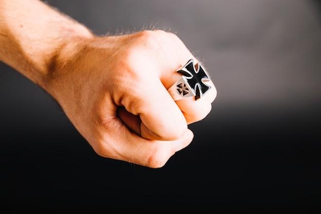 Cortar mão masculina com anel