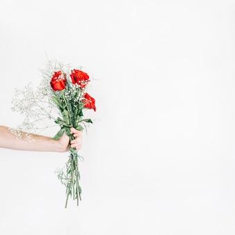 Cortar mão mostrando buquê com rosas