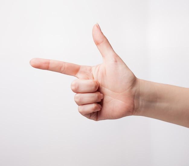 Cortar mão mostrando gesto de arma de mão