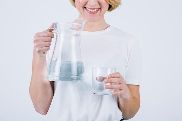 Cortar mulher com água no fundo branco