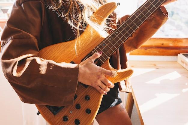Cortar mulher com guitarra