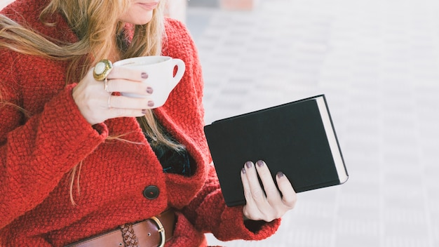 Cortar mulher com livro e xícara