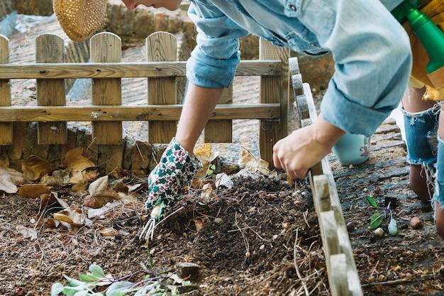Cortar mulher cultivando solo