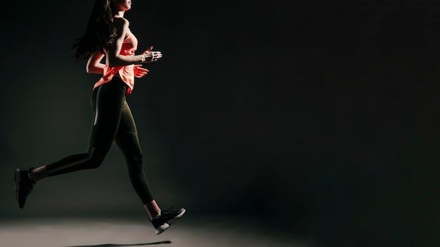 Cortar mulher em movimento de correr