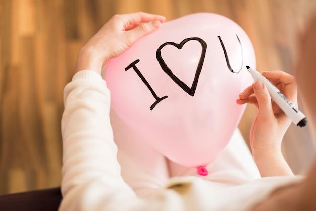 Cortar mulher escrevendo em balão