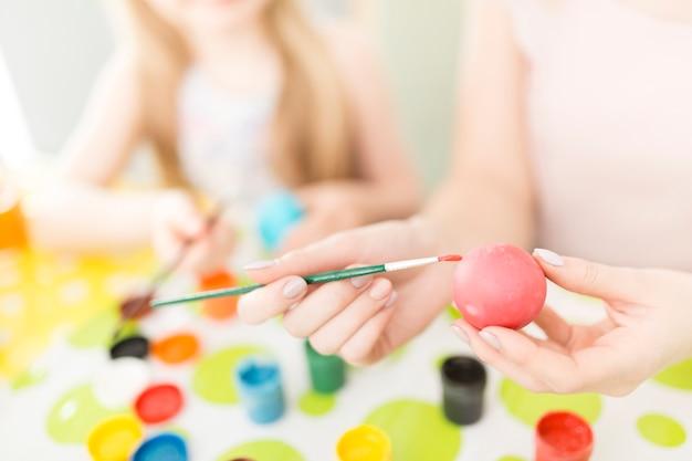 Cortar mulher pintando ovos
