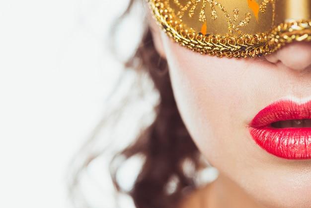 Cortar mulher sensual em máscara