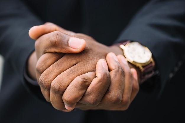 Cortar o homem apertando as mãos