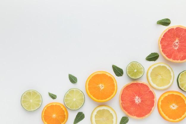 Cortar pedaços de vista superior de frutas cítricas