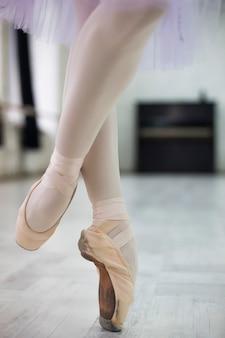 Cortar pernas de bailarina giratória