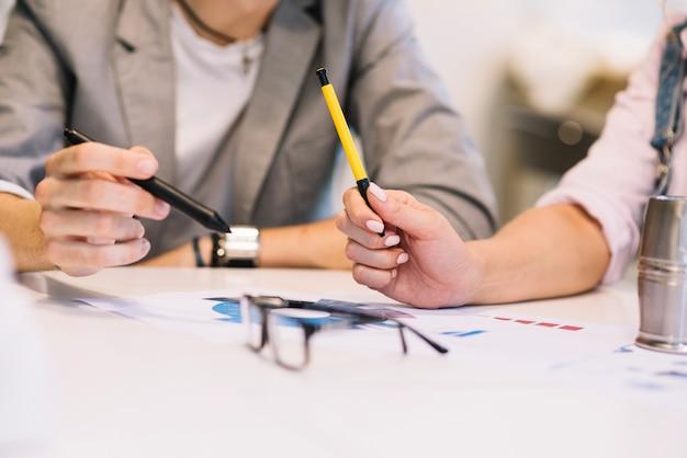 Cortar pessoas a discutir planos de trabalho