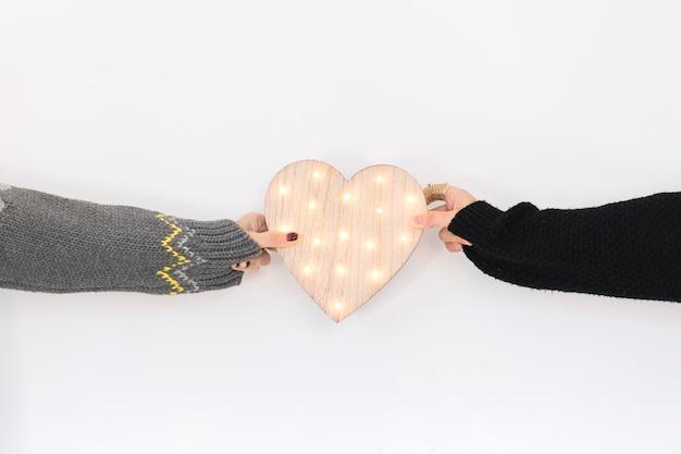 Cortar pessoas com coração de madeira