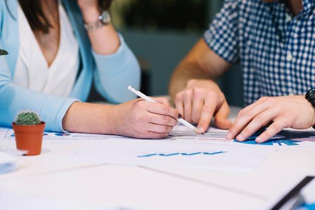 Cortar pessoas fazendo anotações em diagramas