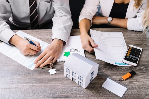 Cortar pessoas na agência de corretor de imóveis