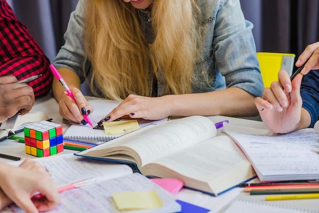 Cortar pessoas que estudam com livros didáticos
