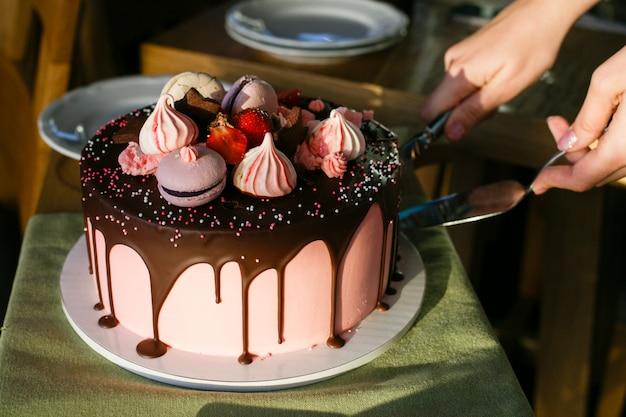 Cortar um bolo de morango com uma faca