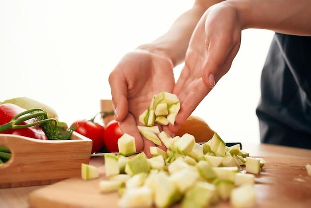 Cortar vegetais no tabuleiro para cozinhar alimentos saudáveis