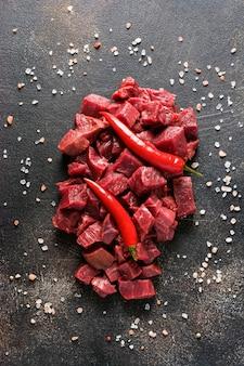 Corte a carne com sal marinho em um fundo de metal escuro ou ardósia. vista superior com espaço de cópia