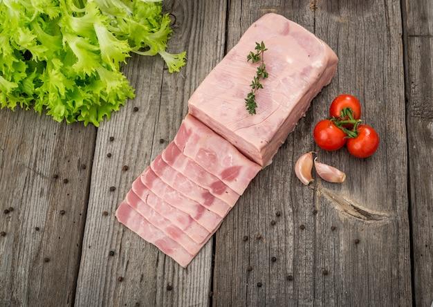 Corte a carne em uma superfície de madeira