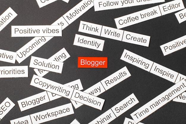 Corte a inscrição em papel do blogger em um fundo vermelho