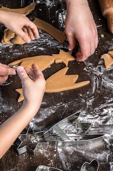 Corte a massa em formas diferentes. pão de natal