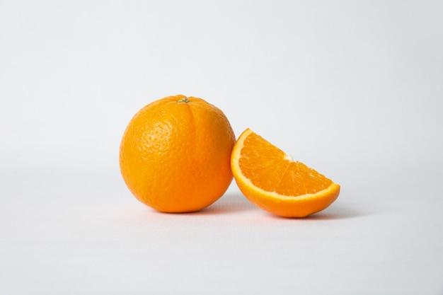 Corte a seção de laranja e frutas inteiras