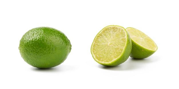 Corte ao meio e limão inteiro isolado no fundo branco
