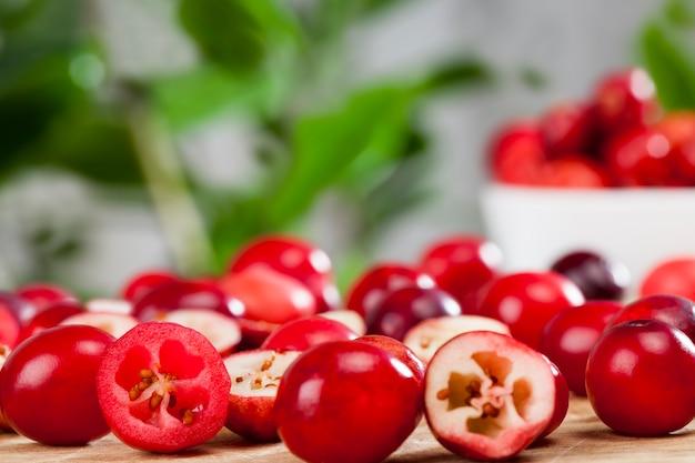 Corte as bagas vermelhas de cranberry divididas em fatias