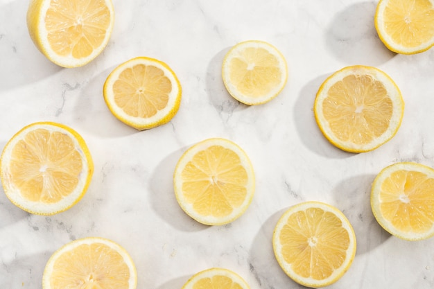 Corte as fatias de fundo de limão