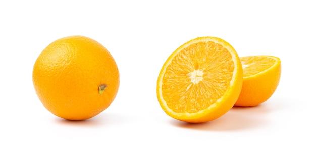 Corte às metades e laranja inteira isolada no fundo branco