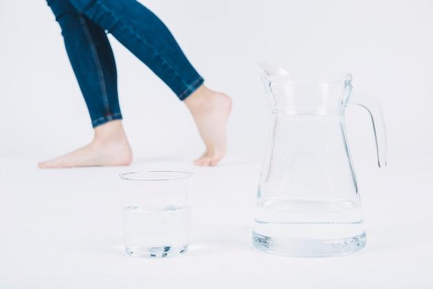 Corte as pernas perto da jarra e do copo