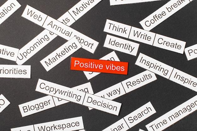 Corte as vibrações positivas da inscrição em papel na cor vermelha, cercadas por outras inscrições. conceito de nuvem de palavras.