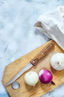 Corte cebolas orgânicas. preparando salada