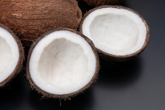 Corte coco fresco no escuro