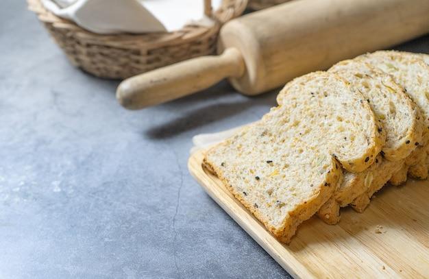 Corte com fatias e pão integral pão fresco caseiro no chão