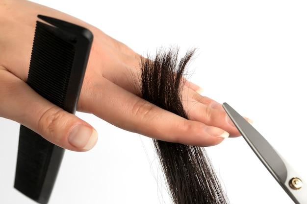 Corte das pontas do cabelo com tesoura isolada