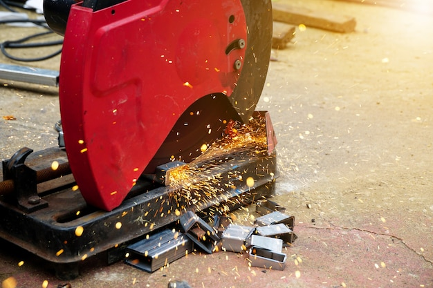 Corte de aço com respingos de faíscas no canteiro de obras