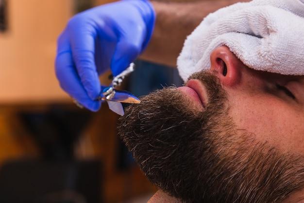 Corte de cabelo de barba de homem em uma barbearia