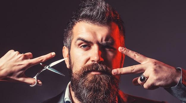 Corte de cabelo de homem. tesouras de barbeiro. barba comprida. homem barbudo, barba exuberante, bonito. barbudo bonito. hipster, homem brutal. corte de cabelo de homem. barbearia vintage, barbear-se. homens sexy, machos.