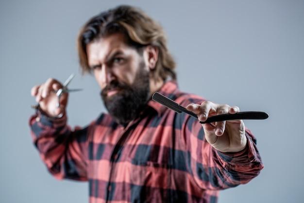 Corte de cabelo de homem. tesouras de barbeiro e navalha, barbearia. homem barbudo, barbudo. homem de barba de retrato. tesouras de barbeiro e navalha, barbearia. barbearia vintage, barbear-se.