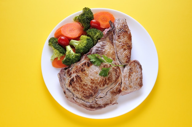 Corte de carne com legumes