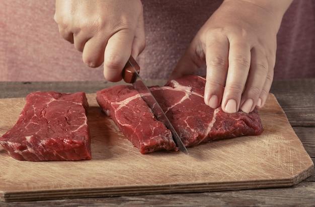 Corte de carne em uma tábua