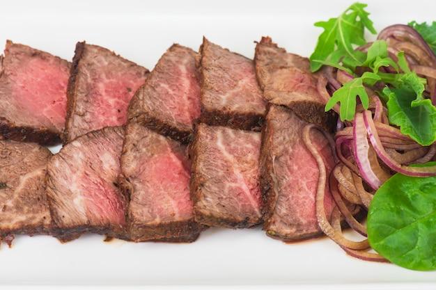 Corte de carne no prato